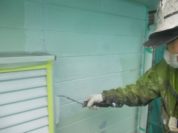 窯業系サイディングの下塗り中です