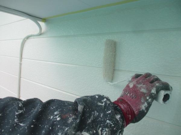 外壁上塗りローラー塗装中です