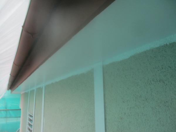 1階の軒天塗装2回目終了です