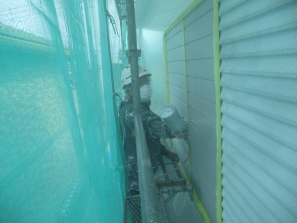 雨戸の下塗り吹付塗装中です
