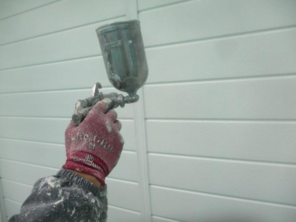 雨戸の上塗り吹付塗装終了です