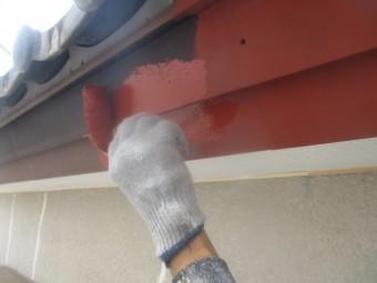 破風板金の錆止めローラー塗装中です