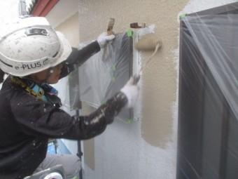 外壁中塗りローラー塗装中です