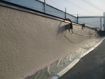 パラペットの上塗り塗装が終了しました