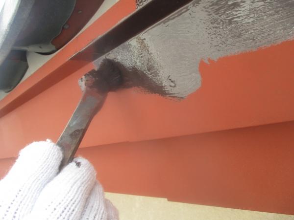 破風板金の中塗り刷毛塗装中です