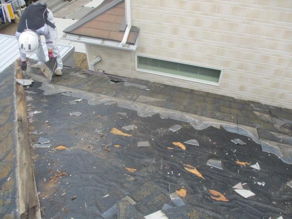 スレート屋根材の撤去中です