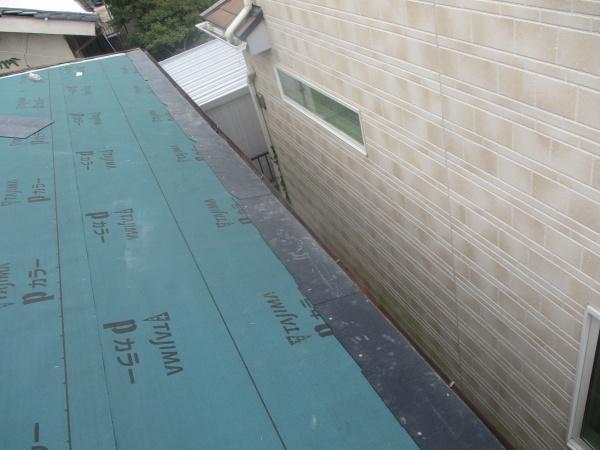 軒先1段目のスレート屋根取り付け終了です