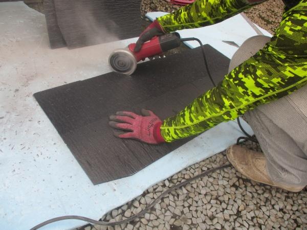 スレート屋根材のカット中です