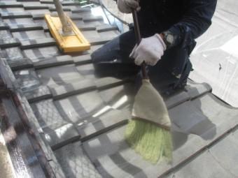 下屋根の清掃中です