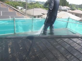 コロニアル屋根の洗い流し中です