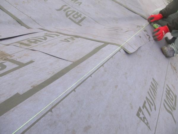 宇都宮市でガルバニュウム製屋根材の下地を取り付けました。
