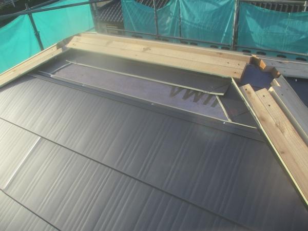 宇都宮市で1階下屋根の横暖ルーフ下地とルーフを取り付けました。