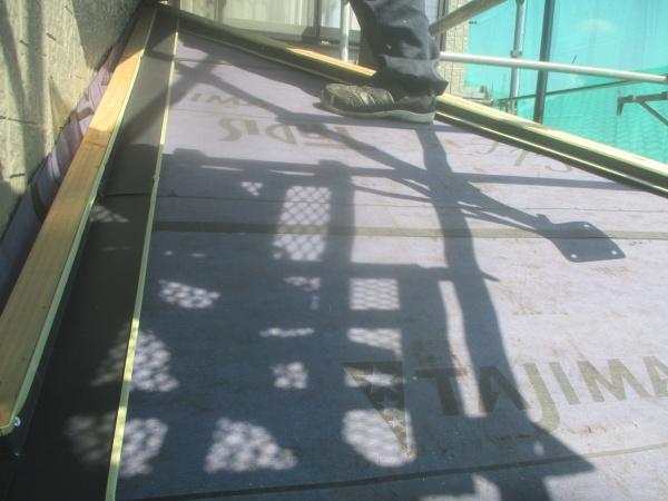 下屋根の捨て谷を取り付け終了です