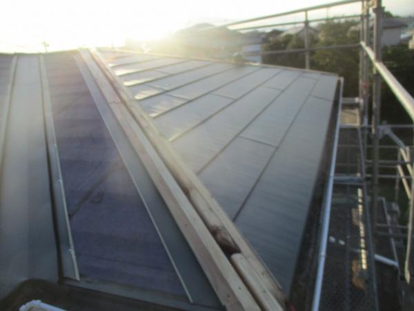 北面屋根のルーフが貼り終わりました