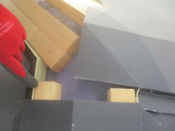 宇都宮市の屋根カバー工事で棟板金を取り付けました。