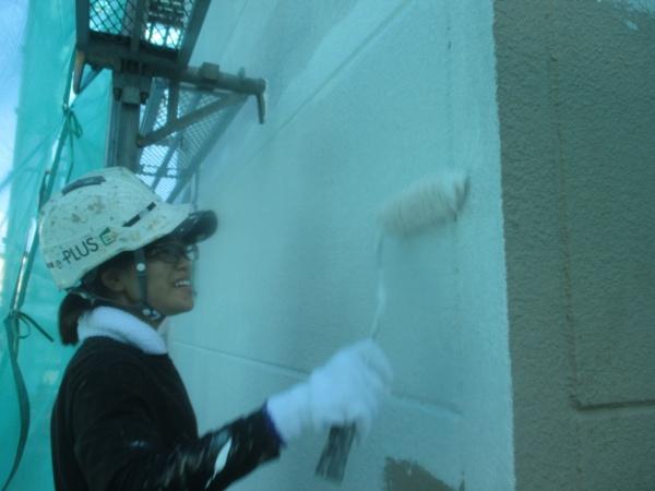 外壁下塗り仕上げ中です