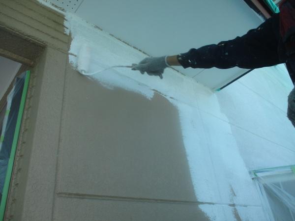 1階外壁のローラー塗装中です