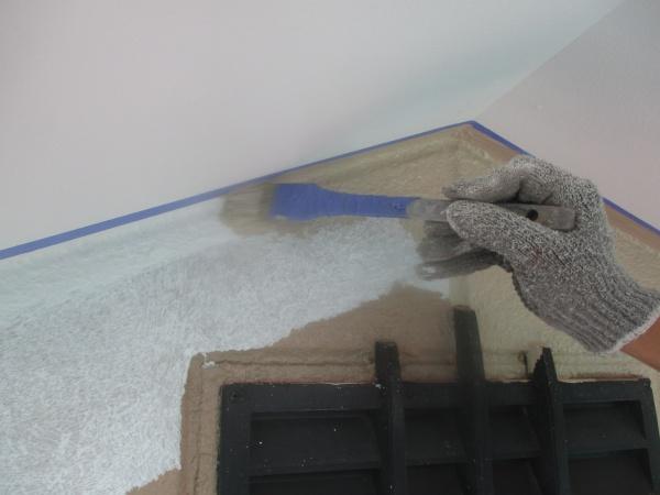 外壁中塗り刷毛塗装中です