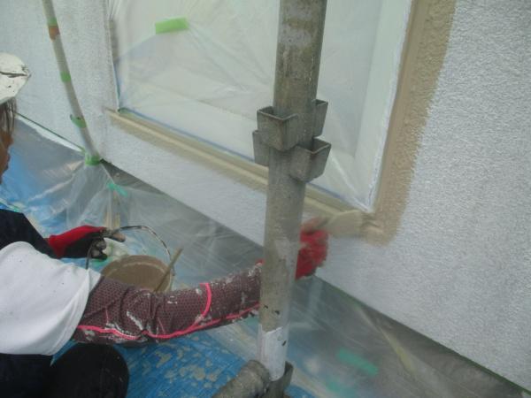 窓枠周りの刷毛塗装中です
