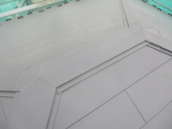 大屋根の棟板金取り付けが終了しました