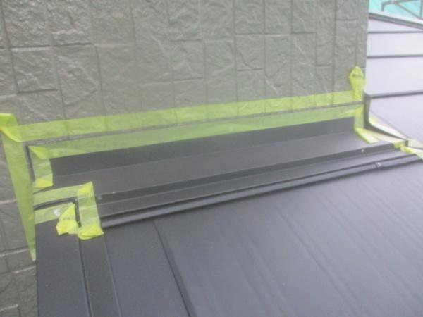 下屋根のシーリング用の養生です