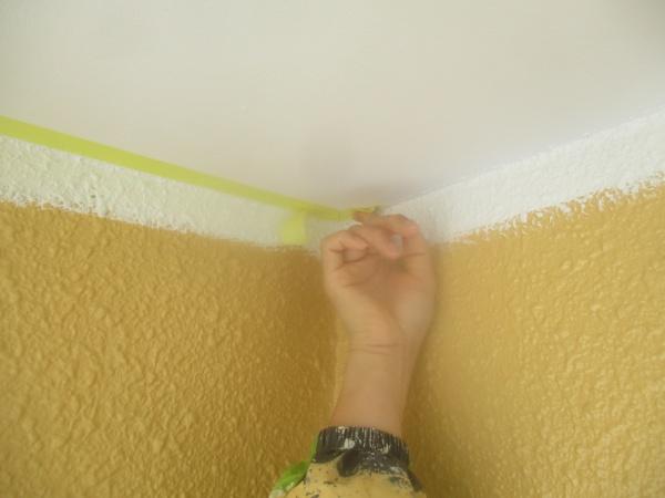 鹿沼市の板金製雨戸吹付塗装で下、中塗り塗装をしました。