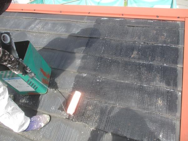 薄型スレート屋根の下塗り中です