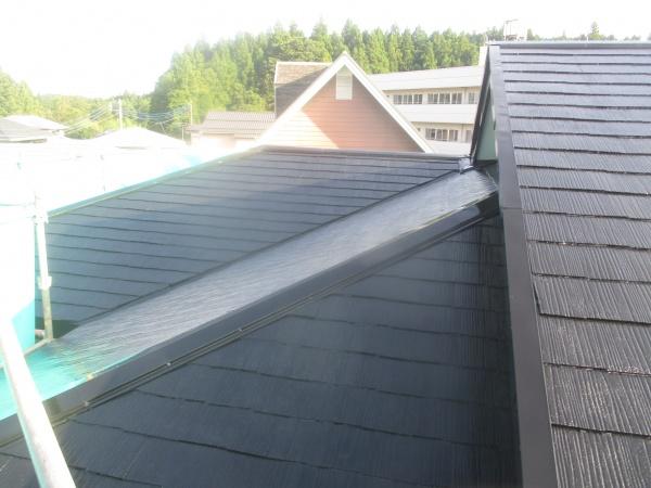 スレート屋根の中塗りが終了しました