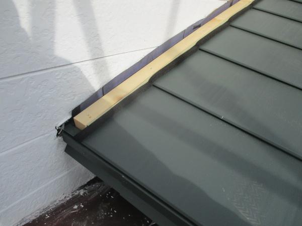 高根沢町の屋根カバー工事で玄関の雨樋を取り付けました。
