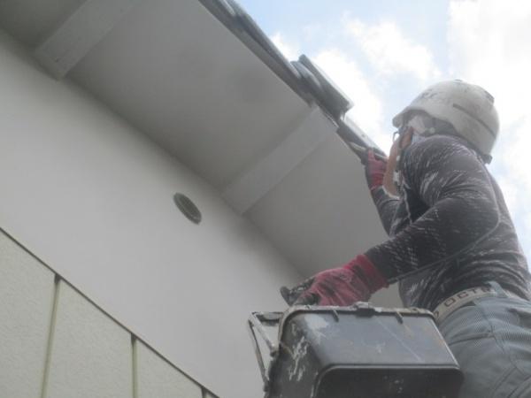 軒天外壁塗装2回目塗装中です