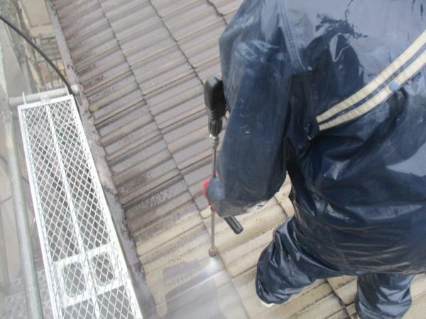 屋根の高圧洗浄中です