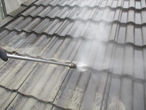屋根瓦重ねの洗浄中です