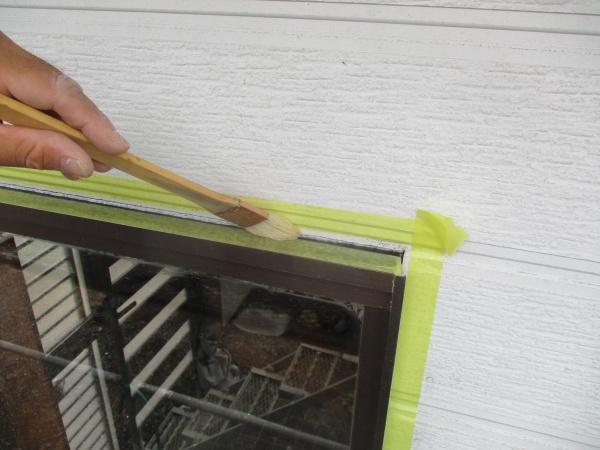シーリング材専用のプライマーを塗布しました
