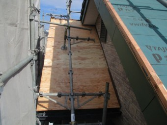 棟違い屋根の野地板貼り付けが終了しました