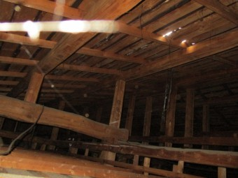 破損箇所の小屋裏です