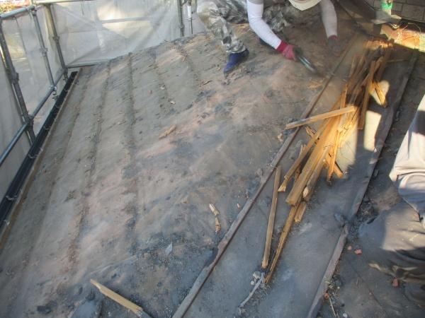 平瓦と桟木の撤去中です