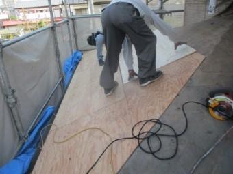 下屋根野地板の貼り付け中です