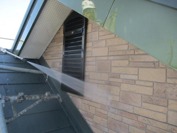 棟違い屋根の外壁の洗浄中です