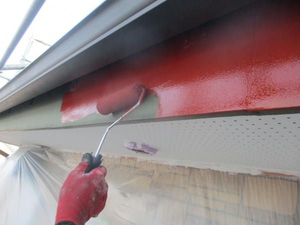 破風板金のローラー塗装中です
