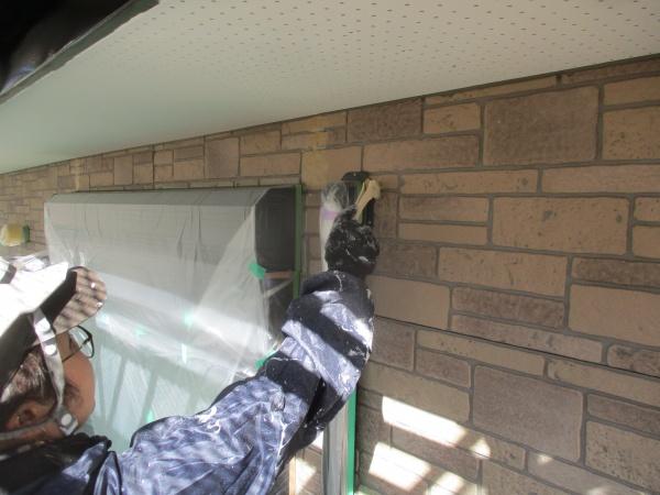 1回目外壁の刷毛塗装中です