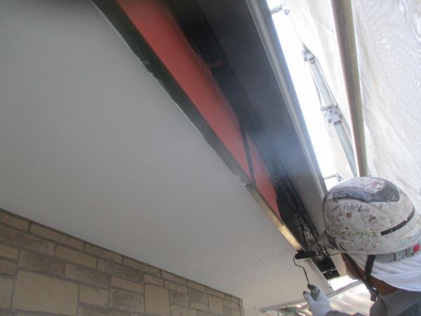 1階破風板金と軒樋中塗り中です