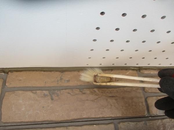 1階外壁の1回目の刷毛塗装です