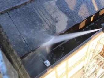 屋根高圧洗浄中です