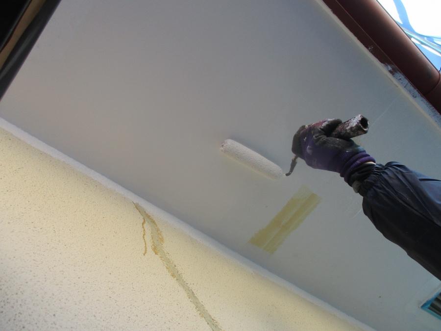 軒天ローラー塗装中です