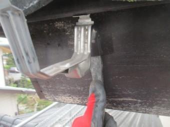 軒樋金具の撤去中です
