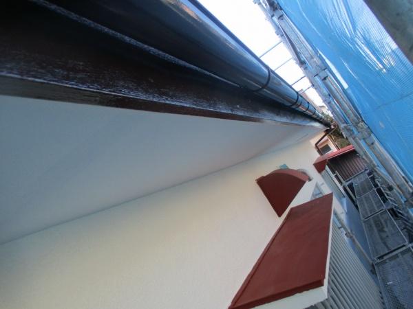 破風板と軒樋の中塗りが終了しました