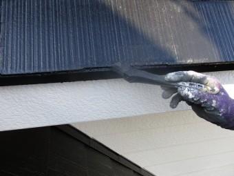 屋根水切り上塗り中です