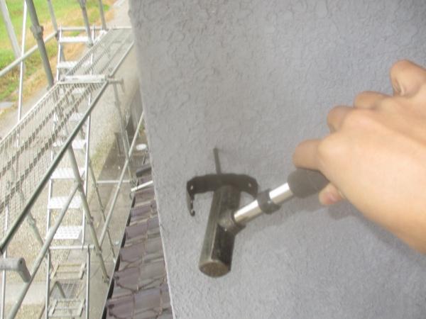 新規竪樋金具の取り付け中です