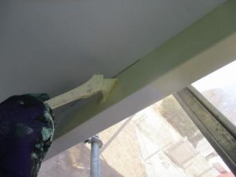 軒天との見切り塗装中です