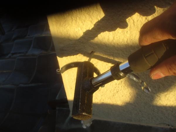 竪樋金具を取り付けました